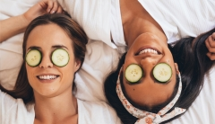 Women with cucumber slices to get rid of puffy eyes